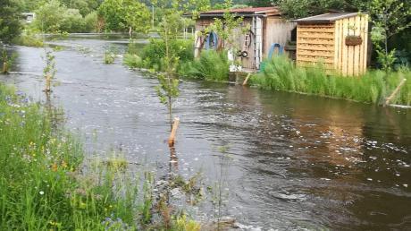 Die starken Regenfälle vom Mittwochabend haben Wiesen im südlichen Landkreis Neu-Ulm und im Unterallgäu in Seen und Bäche verwandelt.