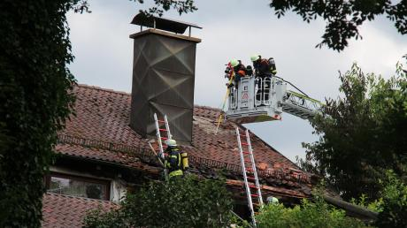 Vom Korb der Drehleiter der Illertisser Feuerwehr aus bekämpften die Einsatzkräfte einen Brand, der in einem Dach in Nordholz ausgebrochen war.