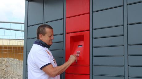 Jakob Rauscher will die Paketzustellung vereinfachen. Dafür hat er sich ein neues System für Packstationen ausgedacht. Kunden können ihr Päckchen mit einem zugeschickten Zahlen- oder QR-Code abholen.