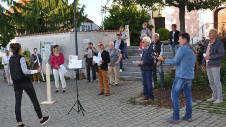 Unter Einhaltung der Hygieneauflagen probt die Chorgemeinschaft St. Martin Winterrieden derzeit jeden Montag beim Dorfbrunnen.