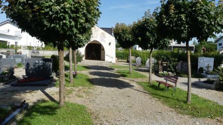 Die Kosten des Friedhofes für die Gemeinde Kellmünz übersteigen die Einnahmen bei Weitem. Der Kellmünzer Marktgemeinderat hat deshalb eine Erhöhung der Grabgebühren beschlossen, die neue Satzung tritt bereits am 1. August in Kraft.
