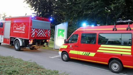 Feuerwehrleute aus Illertissen, Au und Altenstadt sowie die Gefahrgut-Einheit des Landkreises Neu-Ulm waren am Donnerstagabend bei R-Pharm in Illertissen im Einsatz.