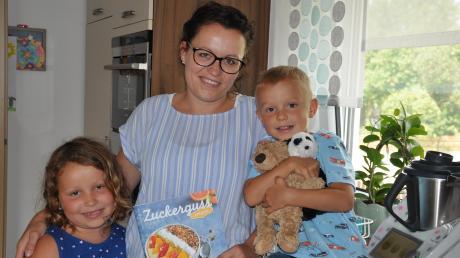 Wenn Julia Zinsler backt, sind ihre Kinder Jonas (rechts) und Rosa (links) oft erwartungsvoll dabei.
