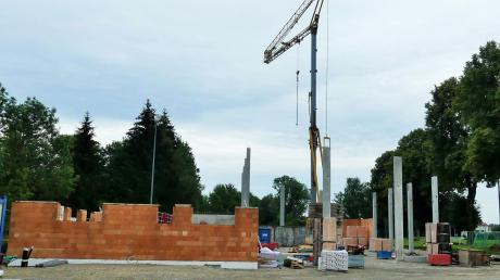 Die künftigen Konturen der neuen Kellmünzer Sporthalle sind schon deutlich erkennbar. Ein Jahr Bauzeit ist vorgesehen, bislang liegen die Arbeiten sogar vier Wochen vor dem Plan.