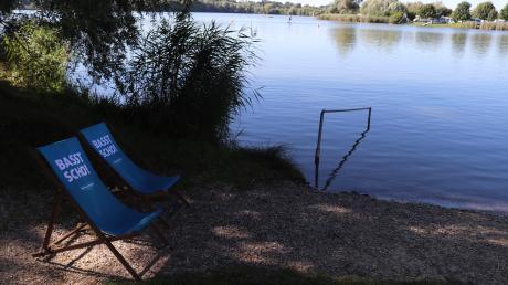 """Ruhe in den Morgenstunden am Oberrieder Weiher: Im Rahmen unserer Aktion """"Sommer am See"""" haben wir den beliebten Badesee in Breitenthal besucht. Die Badegäste genießen die Idylle."""