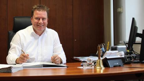 Seit fast 100 Tagen im Amt: Michael Neher hat sich bereits gut eingelebt in seinem neuen Büro im Vöhringen Rathaus. Der CSU-Mann wurde im März zum Bürgermeister gewählt.