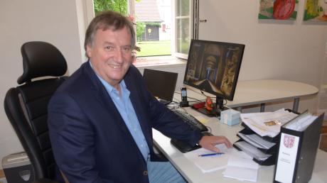 Norbert Poppele im Amtszimmer der Gemeinde Unterroth, wo er auch für die Bürger zu sprechen ist.