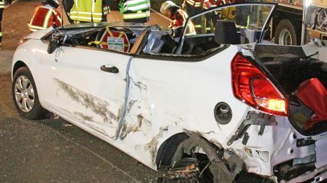 Eine 21-Jährige wurde in ihrem Auto eingeklemmt.