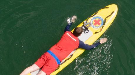 Gerät ein Schwimmer in Schwierigkeiten, können ihn Wasserwachtler wie Christoph Voderberg mit dem Rettungsbrett schnell erreichen und an Land bringen.