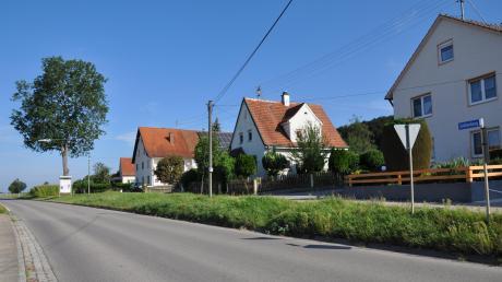 Beim Bau des neuen Zufahrtsbereichs zur Straße Sahlenberg in Oberroth soll die bisherige Überhangleuchte über die Staatsstraße 2020 durch einen Leuchtenmast mit zwei Auslegern ersetzt werden.