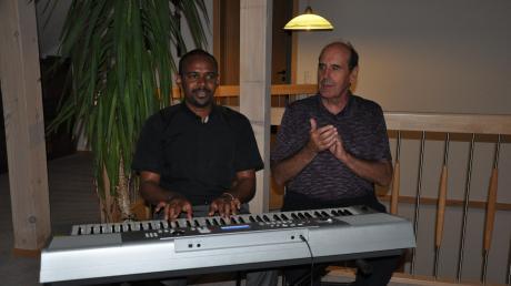 Wenn Pfarrer Francis Mirgichan (links) am Klavier sitzt, vergisst er die Welt um sich herum. Missionspfarrer Hubert Mößmer klatscht den Rhythmus.