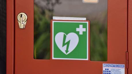 Defibrillatoren sind an vielen öffentlichen Plätzen zu finden und an dem grünen Herzsymbol mit Blitz zu erkennen.
