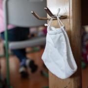 An den Grundschulen im Landkreis Günzburg kann die Maske auch weiterhin im Unterricht abgelegt werden.