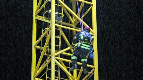 Für ihre Einsätze gehen die Feuerwehren bisweilen auch hoch hinaus: Die Absturzsicherungsgruppe der Feuerwehr Illertissen trainierte an einem Kran auf einer Baustelle das sichere Klettern und Abseilen von Personen.