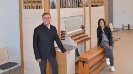 Pfarrer Andreas Specker und Kirchenpflegerin Andrea Ritter stellen die dem neuen Inneren der Kirche angepasste Orgel in Au vor.