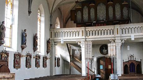 Im Innenraum der Kirche St. Anna in Reichau (links) hat sich der Holzwurm ausgebreitet. Nun wird das Gotteshaus bis Freitag begast, um den Schädlingsbefall zu bekämpfen.