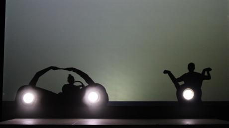 Aus ihren Körpern formen die Mitglieder von Active Eight ein Auto und ein Motorrad. Mithilfe einer Rückprojektionsleinwand und eines Beamers wird die Illusion perfekt.