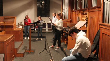 Mit ausreichend Abstand zueinander proben (von links) Tabea Erath, Maja Braun, Ottilia Wiederer, Miriam Stoerk und Luis Striebel für ihren nächsten Auftritt als Jugendband.