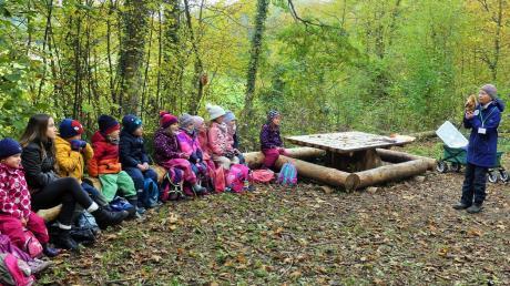 Das Waldstück am Kreuzweg dem Kindergarten zur Verfügung zu stellen, ist eine bereits umgesetzte Maßnahme. Dort fand kürzlich eine Aktion des Bund Naturschutz statt. Rechts im Bild: Hannelore Kral von der Kreisgruppe Memmingen-Unterallgäu.