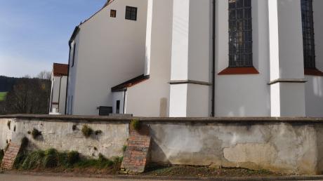 Erfreulich: Die marode Kirchhaslacher Kirchenmauer wird im kommenden Frühjahr saniert.
