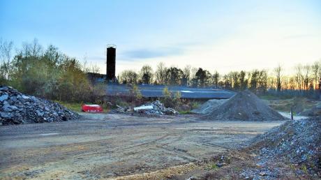 Derzeit dient der Kiesplatz am Seefeld zum Teil als Baustellenlagerplatz. Über die Art und den Umgang mit der geplanten Bebauung gehen die Meinungen im Kellmünzer Marktgemeinderat weit auseinander.