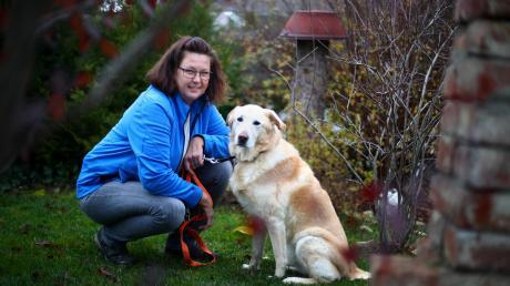 """Die Gruppenleiterin Inken Richter mit Hund Jacko in ihrem Garten in Tiefenbach. Dort fanden im Sommer mehrere Treffen der Selbsthilfegruppe """"Quelle der Kraft"""" für Menschen mit Depressionen statt."""