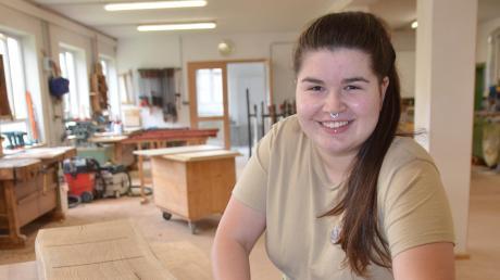 Lena Hohneker arbeitet in der Möbelschreinerei Wiest in Altenstadt. Sie findet die vielen Bearbeitungsmöglichkeiten bei Holzoberflächen spannend.