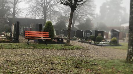 Mit Rollator bereiten die Kieswege im Kellmünzer Friedhof Schwierigkeiten. Auch dieses Thema kam bei der Bürgerbefragung auf.