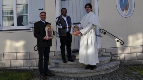 Unser Bild zeigt (von links) Pfarrer Thomas Brom,  Pater Jaimon Thandapilly und Frater Franziskus Schuler vom Kloster Roggenburg.