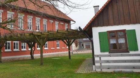 Der Obst- und Gartenbauverein Unterroth möchte an seinem Häuschen in der Dorfmitte (rechts im Bild) einen Backofen in klassischer Bauweise errichten. Dieser könnte auch bei den Dorffesten zum Einsatz kommen.