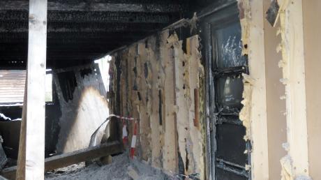 Durch die Hitze des Brandes zerbarsten die Scheiben der Nebeneingangstür. Der eindringende Rauch machte das Haus unbewohnbar.