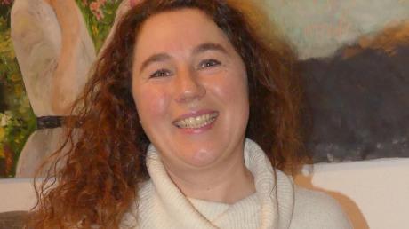 """Susanne Zwing aus Osterberg mit ihrem Buch """"Mantel der Gerechtigkeit""""."""