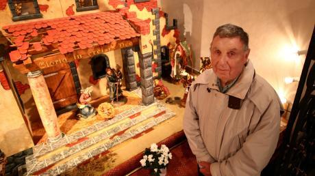 Helmut Patzel steht neben seiner Krippe in der St.-Anna-Kapelle in Dietenheim. Diese füllt mit ihren Figuren die ganze Breite des Chorraums.