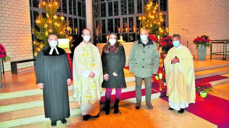 Pfarrer Hans-Joachim Scharrer, Pfarrer Thomas Kleinle, Verwaltungsleiterin Johanna Roth, Bürgermeister Wolfgang Höß und Pater Thomas Thakadiyel (von links) sprachen beim Neujahrsgottesdienst in Altenstadt.