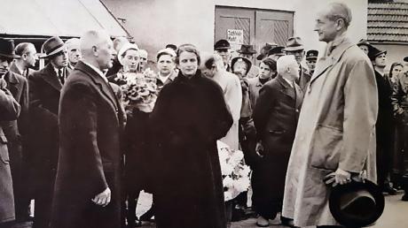 Der Osterberger Bürgermeister Keppeler (links) empfängt Johann-Erasmus von Malsen-Ponickau nach dessen Haft am 10. Dezember 1953.