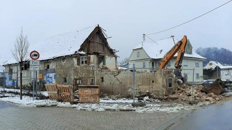 Beginn der Abbrucharbeiten an dem markanten historischen Gebäude in der Bayernstraße in Jedesheim.