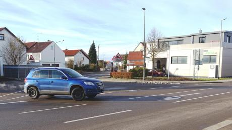 Die überbreite Einfahrt in die Weißenhorner Straße in Illerberg verlockt manche Autofahrer dazu, von der Heerstraße kommend ungebremst in den Ort hineinzufahren. Ein kleiner Kreisverkehr an dieser Stelle könnte nach Einschätzung der Verkehrsbehörden Abhilfe schaffen.