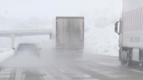 Von Lastwagen kann im Winter eine besondere Gefahr im Straßenverkehr ausgehen: Auf den Planen können sich Pfützen bilden, die zu Eisplatten gefrieren und auf die Straße stürzen.