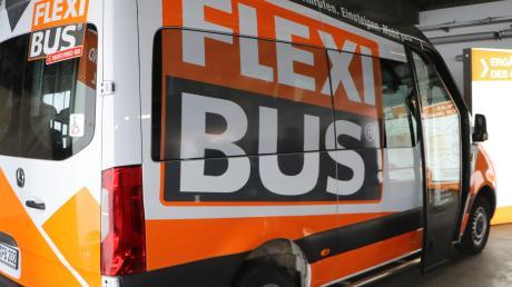 """Der Flexibus fährt weder nach einem festgelegten Zeitplan, noch auf einer vorgegebenen Route. Er ist innerhalb des jeweiligen """"Knotens"""" flexibel unterwegs. Fahrgäste können ihn telefonisch oder per App anfordern."""