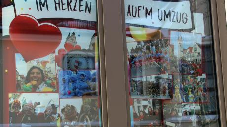 Die Fenster im derzeit leer stehenden Stadtcafé südlich der Stadtpfarrkirche und damit genau dem Rathaus gegenüber sind mit Bildern aus den vergangenen Fasnetskampagnen geschmückt.