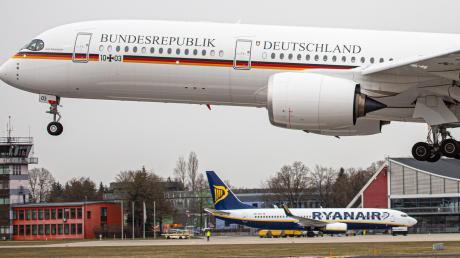 """Mit einem neuen Flugzeug der Bundesregierung, dem A350 Kurt Schumacher, übt die Luftwaffe am Allgäu-Airport auch das Flugmanöver """"Low Approach"""". Dabei wird die Landebahn in sehr niedriger Höhe überflogen - aber es wird nicht aufgesetzt."""