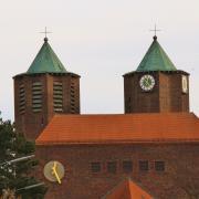 Dunkle Wolken hängen über dem katholischen Dekanat Memmingen und der Kirche Sankt Josef. Die Staatsanwalt ermittelt gegen einen Geistlichen.