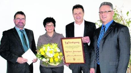 Ehrung für Walter Schwägerl beim Neujahrsempfang in Oberroth. Unser Bild zeigt Walter Schwägerl und seine Frau Roswitha bei der Würdigung durch Bürgermeister Erwin Reiter (links) und seinen Stellvertreter Willibold Graf (rechts). Foto: clb