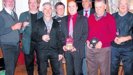 In Unterroth wurde aufs neue Jahr angestoßen: (von links) Gerhard Struve, Pfarrer Johann Wölfle, Cornelius Kreis, Günter Konrad, Harald Wenger, Johann Fackler, Franz Riedmiller und Erwin Jutz. Foto: lor