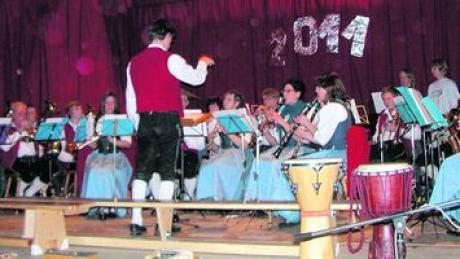 Prosit Neujahr! Erst umrahmte die Musikkapelle Osterberg unter Armin Käufler die Aufführungen ihrer Nachwuchsmusiker, danach verbreitete sie mit ABBA-Klängen Optimismus und Aufbruchstimmung fürs begonnene Jahr 2011. Foto: lor
