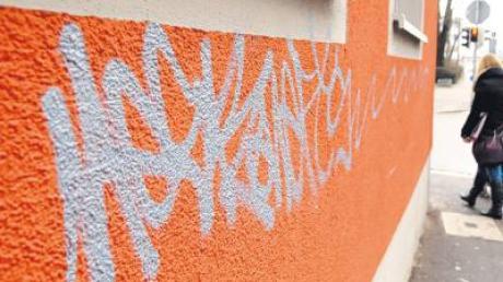 Ein Gebäude in Senden wurde mit insgesamt vier Graffiti besprüht.