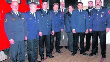 Für weitere sechs beziehungsweise drei Jahre gut aufgestellt ist die Feuerwehr Unterroth mit ihrem neuen Vorstand. Noch dabei Kreisbrandrat Alfred Raible (links) und Bürgermeister Gerhard Struve, der die Wahl geleitet hat. Foto: lor