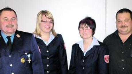 Bei der Jahresversammlung des Feuerwehrvereins Kirchhaslach wurden gewählt: (von rechts) Robert Strang (Beisitzer), Ramona Baur (Schriftführerin), Jennifer Fäßler (Stellvertreterin). Mit im Bild: Kommandant Rudi Baur. Foto: clb