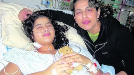 Dank Spenden konnte die Bulgarin Anelia Deyanova (links) operiert werden. Das Bild zeigt sie mit ihrer Mutter Stella Deyanova nach der Operation im Universitätsklinikum Tübingen. Foto: zg