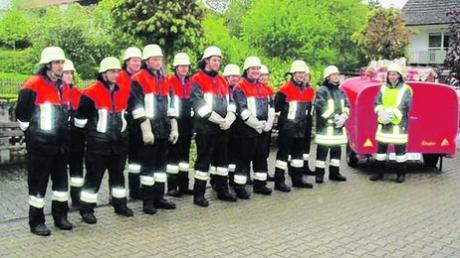 In Reih und Glied: Die Feuerwehr Christertshofen bei einer Übung. 24 aktive Mitglieder sind es derzeit. Foto: doze